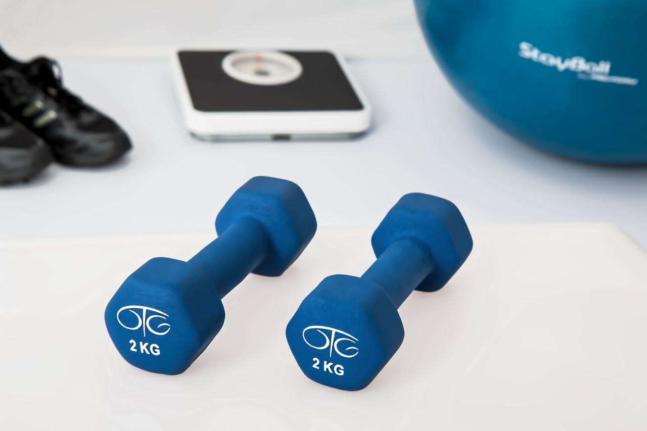 Firmenfitness Vorteile: Fitnessgeräte fördern Produktivität und Mitarbeitergesundheit