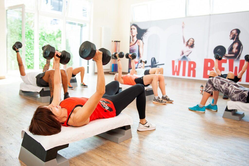 Fitnessstudios haben verschiedene Kurse im Rahmen von Firmenfitness