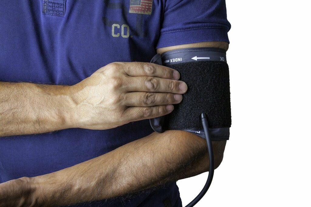 Gesundheit am Arbeitsplatz: Blutdruck messen gibt einen Überblick über die Herzgesundheit