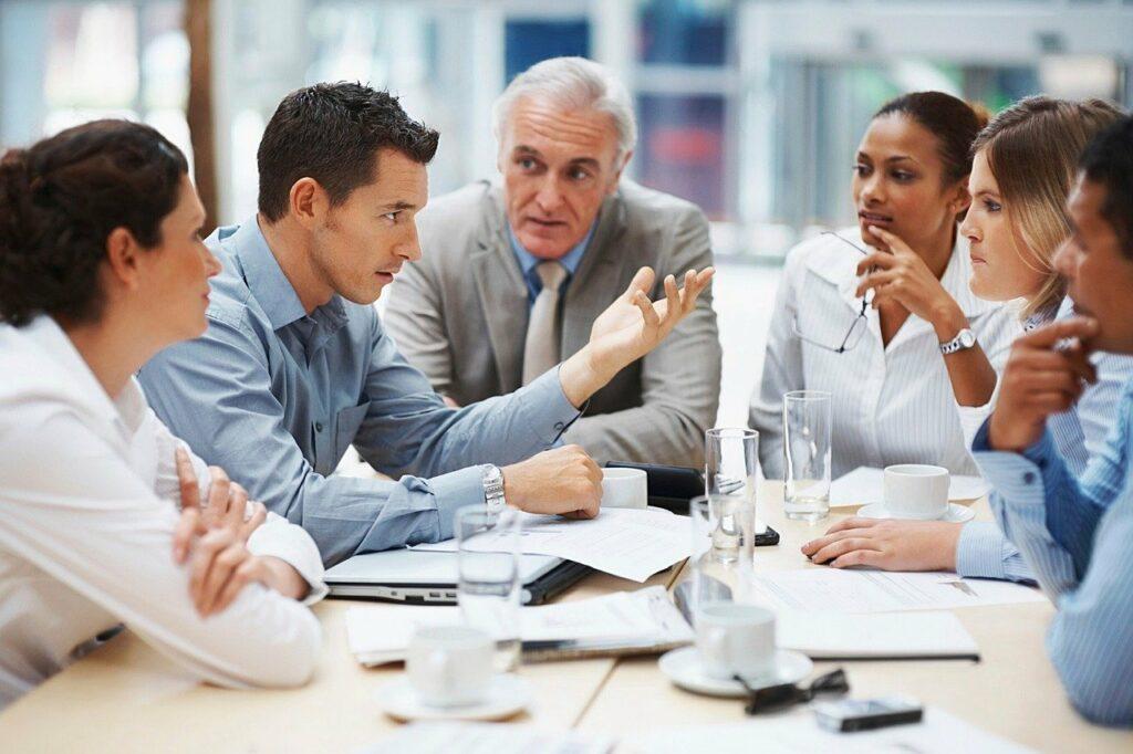 Müde im Büro: Bildhaft darsgestellt - Alle Altersgruppen können davon betroffen sein