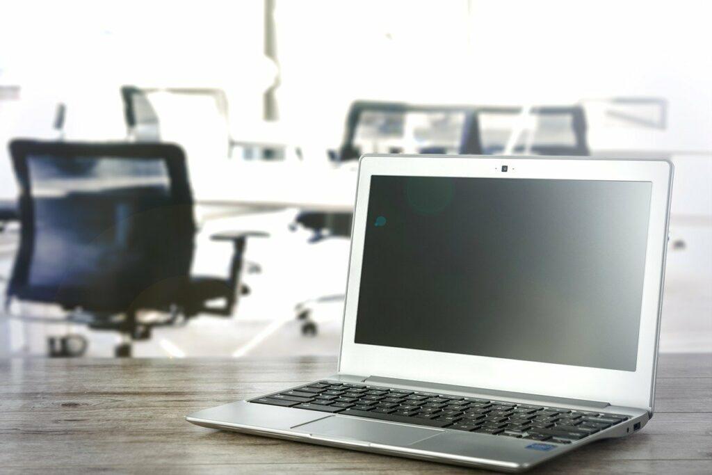 Kopfschmerzen im Büro werden oft durch durch einen ergonomisch schlechten Arbeitsplatz verursacht