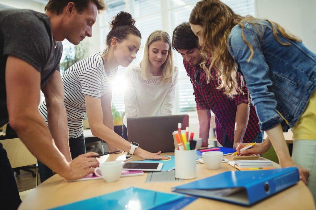 Bewegung am Arbeitsplatz kann Kopfschmerzen im Büro verhindern
