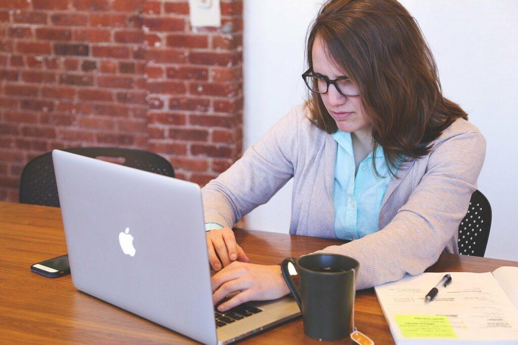Gesundheit am Arbeitsplatz: Mit der richtigen Sitzhaltung fängt es an