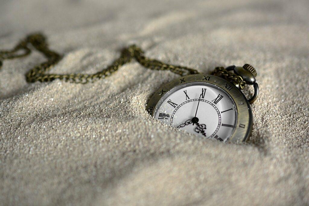 Stress am Arbeitsplatz: Termindruck bildlich dargestellt durch eine Uhr im Sand