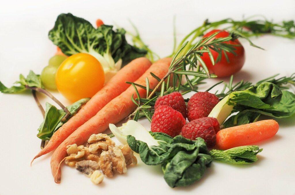 Gesunde Ernährung ist ein Lebensstil: Bild mit gesundem Obst und Gemüse