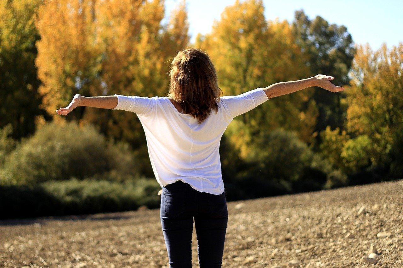 Achtsamkeit steigert die Gesundheit: Bild einer Frau in der Natur